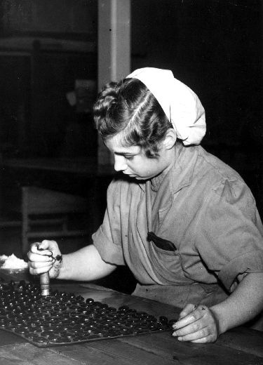 Hand stamping liquorice cakes W. R. Wilkinson & Co Ltd, Pontefract. [Click here to open image in popup]