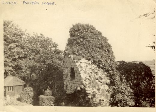 The Curtain Wall photographed in the 1940s when it was still covered in ivy and showed the window shaped feature. The topiary bushes are at the top of the steps with the port cullis slots. A rustic shelter is also visible on the site of the later Vetrans Shelter [Click here to open image in popup]