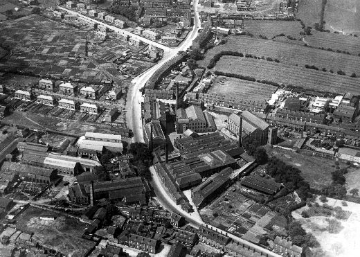 Aerial view of mills and houses along Alverthorpe Road, with the partly built Flanshaw estate at the top left. [Click here to open image in popup]