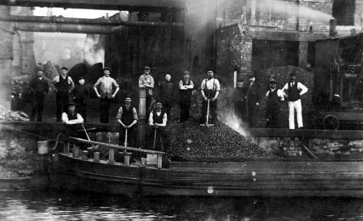 Black and white photograph of 15 men and 1 boy unloading coal for G. and J. Stubley's eight Lancashire boilers. Stubley's were woollen and mungo manufacturer at Calder Mills and Castle Bank Mills in Portobello Road, Wakefield. Joseph Petch (standing on the river Calder, 7th from the left) was scalded to death here in 1930 when a boiler pipe burst. The company then gave a job to his son. [Click here to open image in popup]